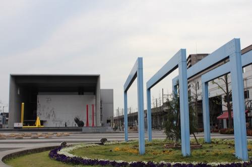 0137:丸亀市猪熊弦一郎現代美術館 駅前広場から美術館をみる