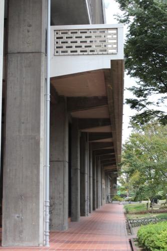 0138:岡山県庁舎 中庭の列柱