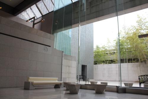 0139:岡山県立美術館 外へも繋がる踊り場①