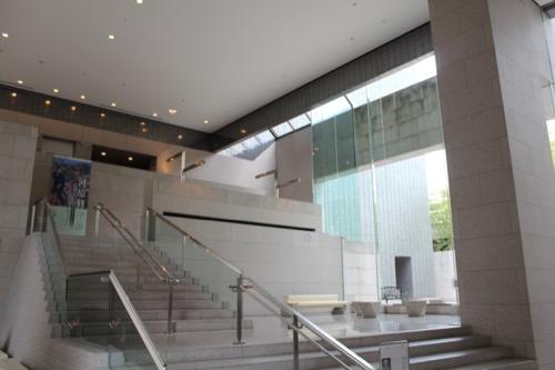 0139:岡山県立美術館 展示階への階段