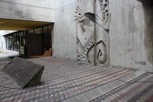0140:岡山県天神山文化プラザ ピロティ中央の吹抜け