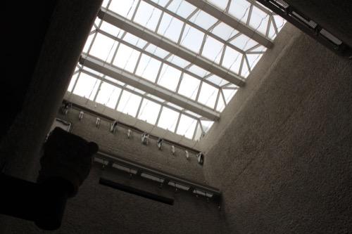 0141:岡山市立オリエント美術館 パティオからトップライトをみる