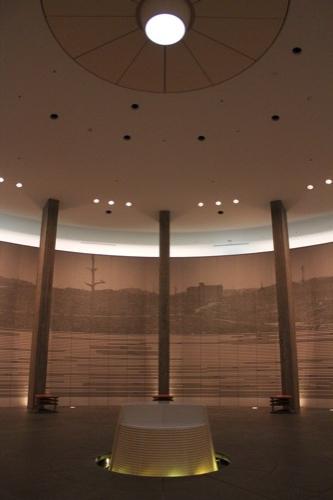 0144:国立広島原爆死没者追悼平和祈念館 空間の中心に光が落ちる