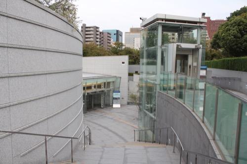 0144:国立広島原爆死没者追悼平和祈念館 玄関へのアプローチ