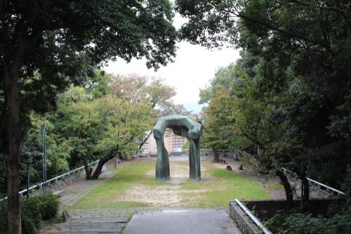0145:広島市現代美術館 正面玄関から広島市街地の方向をみる
