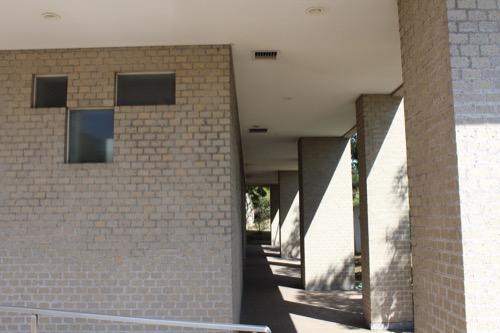 0156:松柏美術館 ユニークか開口と列柱
