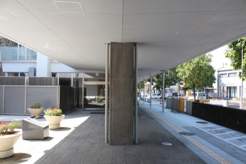 0159:岐阜市民会館 外周のピロティの柱・天井