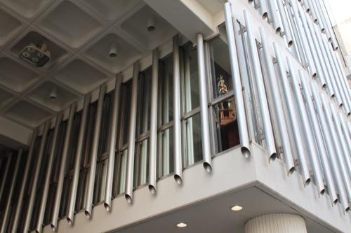 0163:旧大栄ビルヂング エントランスからパイプファサードを見る