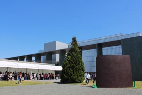 0167:豊田市美術館 正面広場から①