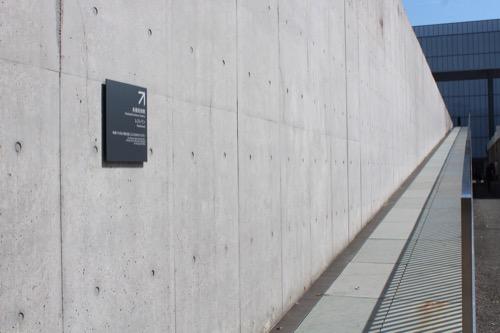 0167:豊田市美術館 上のフロアに通じるスロープ