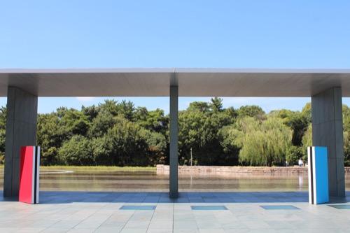 0167:豊田市美術館 キャノピーから池の対岸をみる