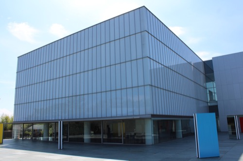 0167:豊田市美術館 彫刻テラスから見た本館