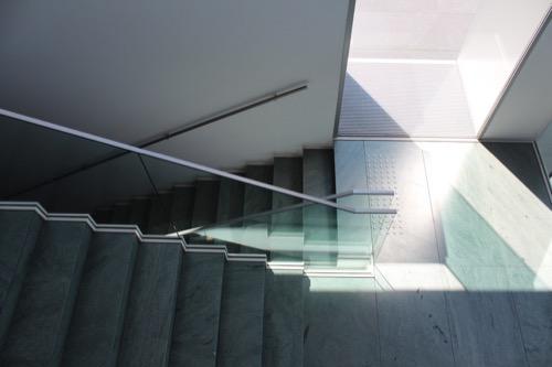 0167:豊田市美術館 2階ラウンジから階段を見下ろす