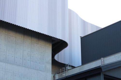 0168:穂の国とよはし芸術劇場 有機的にカーブする鋼板