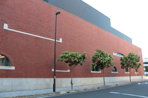 0168:穂の国とよはし芸術劇場 東側のレンガ外壁①