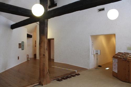 0171:秋野不矩美術館 展示室へはスリッパで
