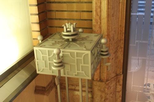 0181:生駒ビルヂング 入口脇の照明オブジェ