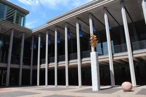 0150:兵庫県立芸術文化センター 公園から列柱をみる