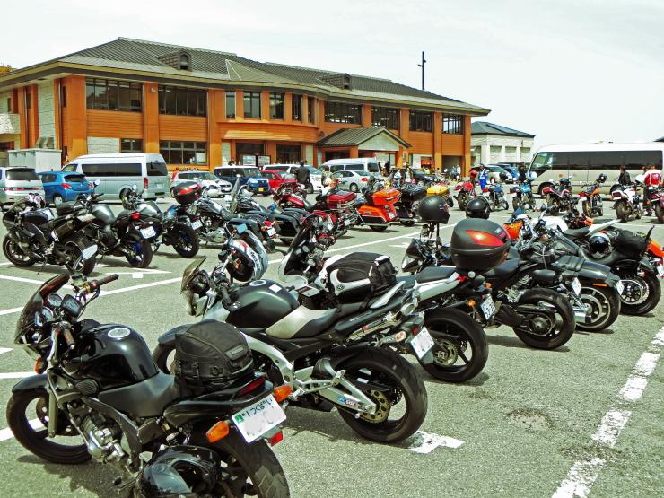 レストハウス前のバイク群