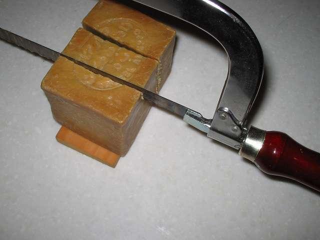 アレッポの石けんをカットするときに、金切りノコの持ち手の近くになるようにのこぎり刃を当てることで、カットしやすくなるのかもしれない