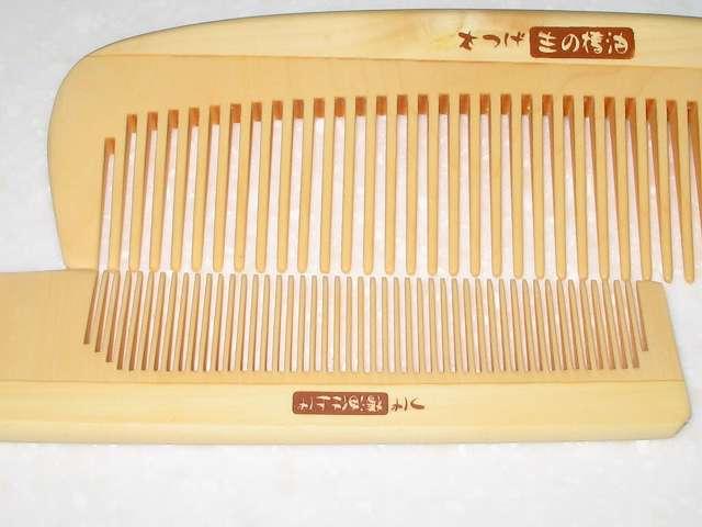 マペペ つげのセットコーム 生の椿油仕上げ(約 17cm)とマペペ 小つげ櫛(約 13cm) 櫛歯の隙間間隔の比較