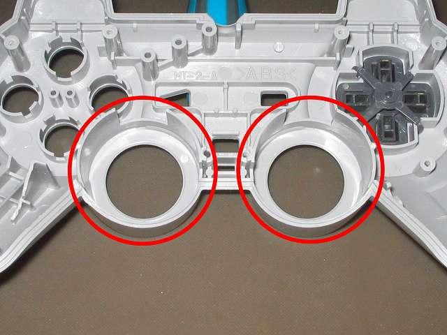 PS コントローラー(デュアルショック) スプレーを使ってメンテナンス、アナログスティックの装着穴部分にドライファストルブを噴射