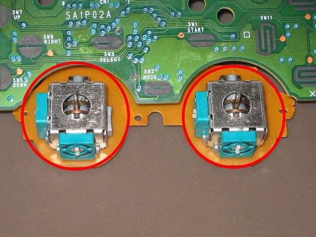 PS コントローラー(デュアルショック) スプレーを使ってメンテナンス、エレクトロニッククリーナーで軸内部やボリューム?、タクトスイッチ内部の汚れを落とす