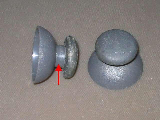 PS コントローラー(デュアルショック) スプレーを使ってメンテナンス、アナログスティックのゴム以外のスティック部分にドライファストルブを噴射