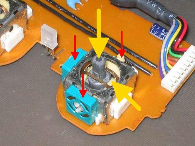 PS2 コントローラー(デュアルショック 2) スプレーを使ってメンテナンス、エレクトロニッククリーナーでアナログスティックコントローラー軸内部やボリューム?、タクトスイッチ内部の汚れを落とす(画像赤矢印、黄色矢印)、ボリューム?(赤矢印先、緑色の正方形部品)とタクトスイッチ(赤矢印先、突起物があるボタン)に接点復活王 ポリコールキングを少量噴射してスティック操作して浸透させる、アナログスティックコントローラー軸内部(黄色矢印先)にシリコンルブスプレーを噴射して軸操作で浸透させる