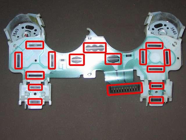 PS3 コントローラー(デュアルショック 3) スプレーを使ってメンテナンス、フレキシブル基板(フィルム基板)の接点部分に、接点復活王 ポリコールキングを綿棒の先端に吹きかけて接点を拭く