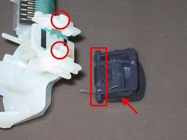PS3 コントローラー(デュアルショック 3) スプレーを使ってメンテナンス、L2・R2 ボタンの軸と軸固定部分にドライファストルブを噴射