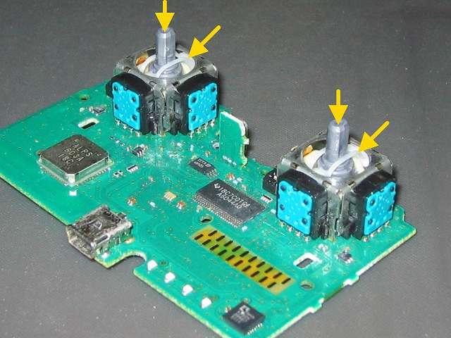 PS3 コントローラー(デュアルショック 3) スプレーを使ってメンテナンス、アナログスティック軸内部にシリコンルブスプレーを噴射して軸操作で浸透させる