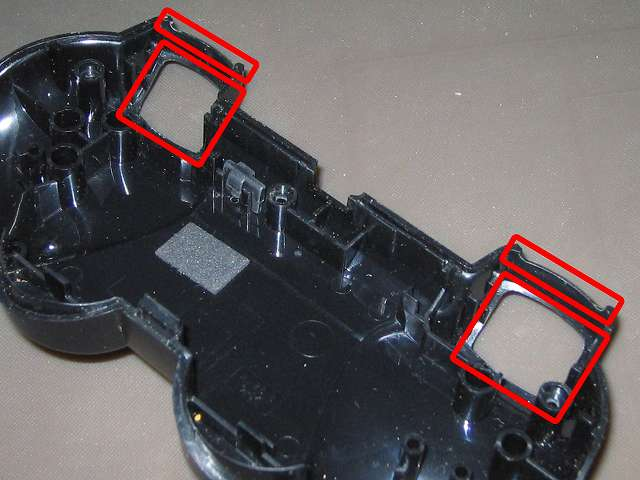 PS3 コントローラー(デュアルショック 3) スプレーを使ってメンテナンス、L1・R1・L2・R2 ボタンとすれ合う溝の部分にドライファストルブを噴射