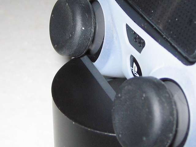 DUALSHOCK 4 充電スタンド DualShock4 Charging Station CUH-ZDC1J 充電スタンドにデュアルショック4 コントローラーをセットした状態でのシリコンカバーとスティックカバーとの干渉状態(左アナログスティック)