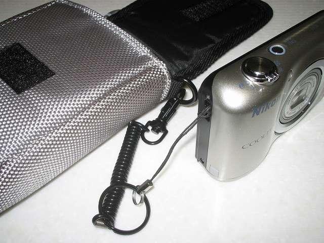 ELECOM DGB-023GY グラフギアデジタルカメラケース グレー Nikon デジタルカメラ COOLPIX A10 にスパイラルストラップを取り付けたところ