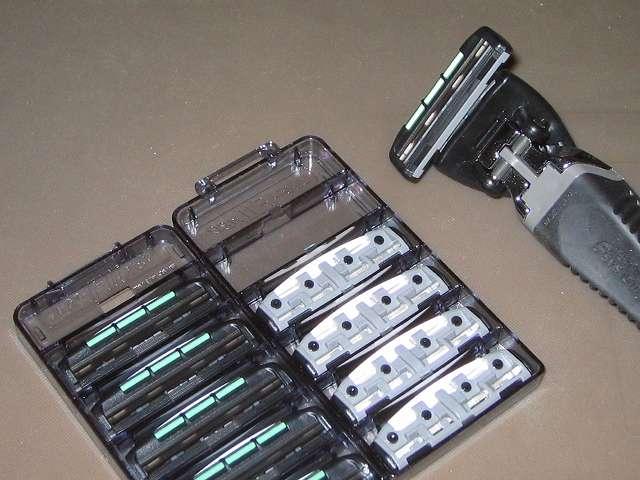 フェザー エフシステム 替刃 FII ネオ 10コ入 サムライエッジ ホルダーにエフシステム 替刃 FII ネオを装着したところ