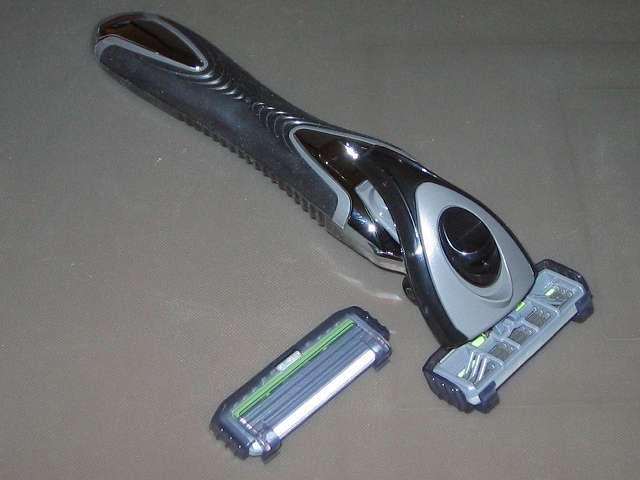フェザー エフシステム サムライエッジ ホルダー 替刃2個付 (日本製)、サムライエッジ ホルダーとエフシステム替刃サムライエッジ 2個付き(内1個はホルダーに装着済み)