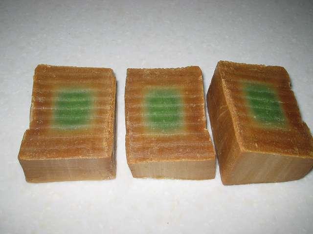 アレッポからの贈り物 (エクストラ ローレルオイル 16%配合石鹸) 電子レンジで熱くなった石けんを、金切りノコで押し下げて3等分カット後の断面図