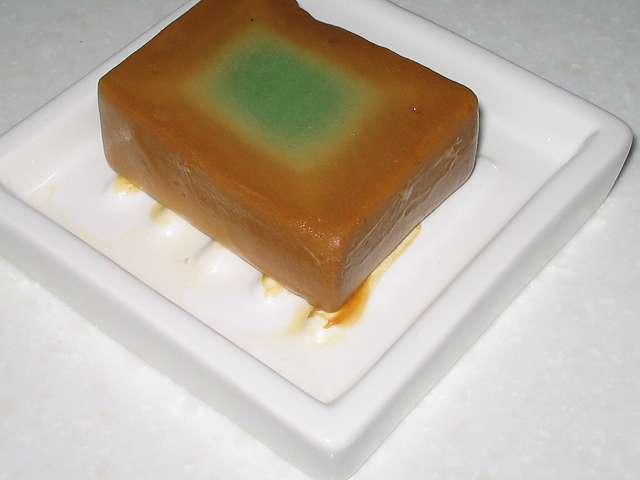 アレッポからの贈り物 (エクストラ ローレルオイル 16%配合石鹸) 使用後放置して一晩おいたアレッポの石けん、溶けた石けんがソープディッシュで固まりくっついた状態