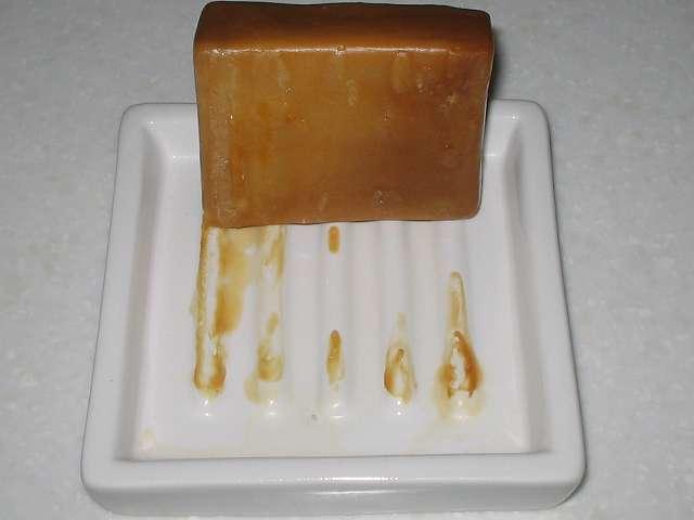 アレッポからの贈り物 (エクストラ ローレルオイル 16%配合石鹸) ソープディッシュにくっついたアレッポの石けんを剥がしたところ