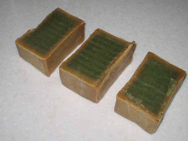 アレッポからの贈り物 (オリーブ石鹸) 金切りノコで3等分カット後断面図