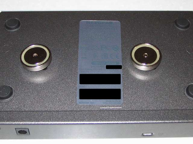 NETGEAR ネットギア アンマネージプラススイッチ ギガ 8ポート スイッチングハブ 管理機能付 無償永久保証 GS108E-300JPS 本体壁掛け用取り付け穴にオーム電機 フック穴付きタップ用マグネット 超強力タイプ HS-A0166 装着