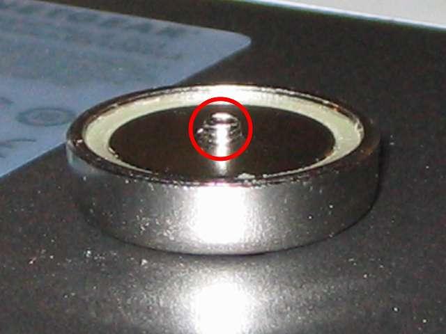 オーム電機 フック穴付きタップ用マグネット 超強力タイプ HS-A0166 丸型 ネジ頭の隙間 1mm に変更後、マグネット裏側に突き出たネジのまま NETGEAR ネットギア アンマネージプラススイッチ ギガ 8ポート スイッチングハブ 管理機能付 無償永久保証 GS108E-300JPS 本体壁掛け用取り付け穴に装着した状態(拡大撮影)
