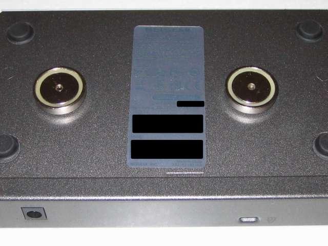 オーム電機 フック穴付きタップ用マグネット 超強力タイプ HS-A0166 丸型 ネジの奈川 6mm ネジ頭の隙間 1mm に変更後、マグネット裏側に突き出たネジのまま NETGEAR ネットギア アンマネージプラススイッチ ギガ 8ポート スイッチングハブ 管理機能付 無償永久保証 GS108E-300JPS 本体壁掛け用取り付け穴に装着した状態