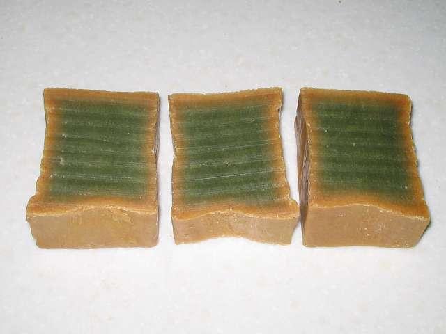 オリーブとローレルの石鹸 (エキストラ) 電子レンジで熱くなった石けんを、金切りノコで押し下げて3等分カット後の断面図