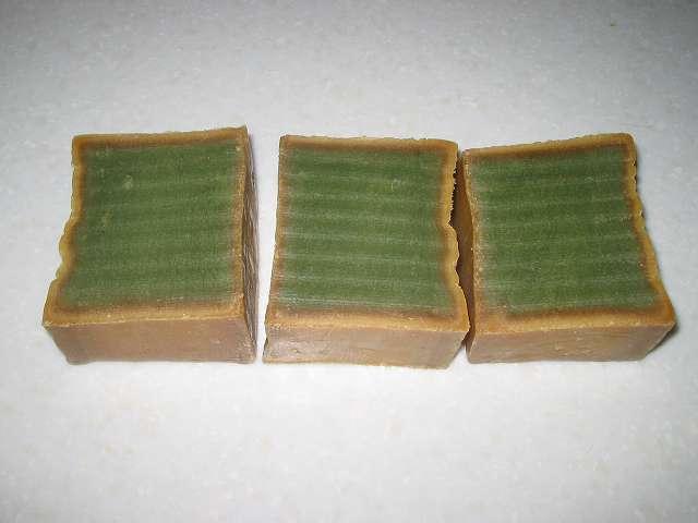オリーブとローレルの石鹸 (ノーマル) 電子レンジで熱くなった石けんを、金切りノコで押し下げて3等分カット後の断面図