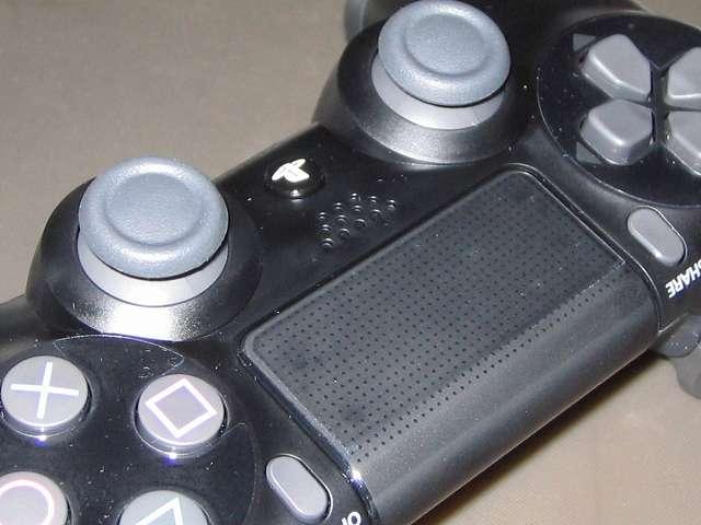 PlayStation 4 用 コントローラー 保護フィルム 防指紋 GAFV-08 タッチパッドに貼り付けた保護フィルム、縦側が短いため上部数ミリ部分は貼り付けられていない