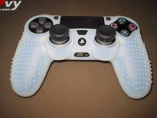 PS4 コントローラー用 ちりばめ シリコン 保護カバー クリアホワイト+FPS PRO スティックカバーx8 シリコンカバーを水で洗浄・乾燥後に装着、アナログスティックには窪みがある小さいほうのスティックカバーを装着