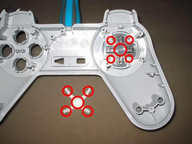 初代 PS コントローラー(デュアルショックなし) スプレーを使ってメンテナンス、十字キー(画像上側)と十字キーガイド(画像下側)の接触部分にドライファストルブを噴射