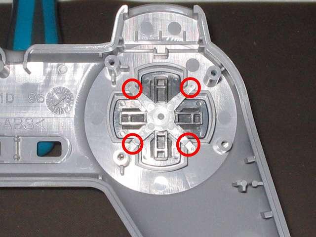 初代 PS コントローラー(デュアルショックなし) スプレーを使ってメンテナンス、十字キーガイドをセットして再びドライファストルブを噴射